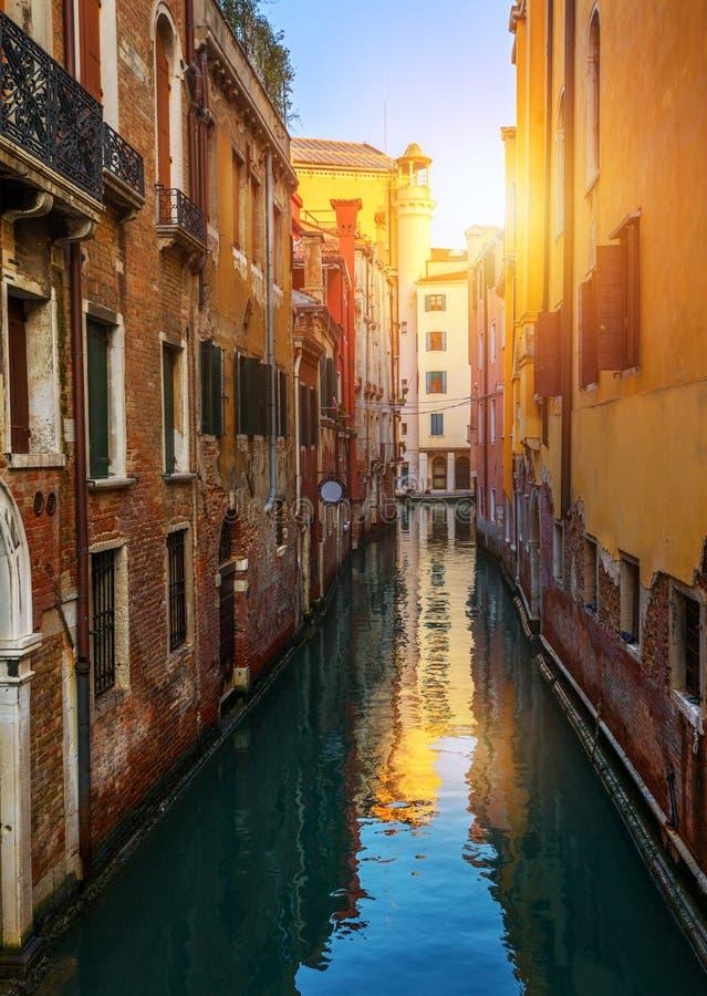 Vista do canal da rua em Veneza, It?lia Fachadas coloridas de casas velhas de Veneza Veneza ? um destino popular do turista de fotos de stock royalty free