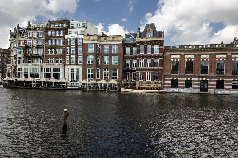 Vista do canal de Amsterdão com casas velhas imagem de stock royalty free