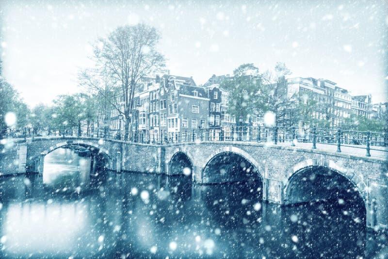 Vista do canal de Amsterdão com neve fotografia de stock royalty free