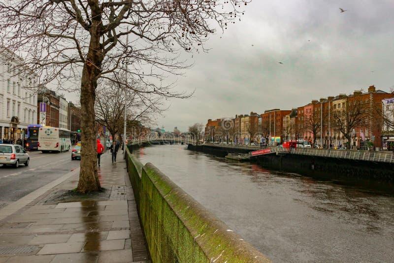 Vista do canal de Dublin em um dia nebuloso fotografia de stock royalty free