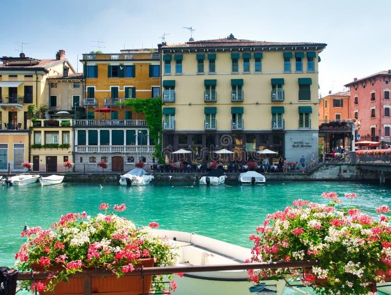Vista do canal de Peschiera del Garda no lago Garda, Itália foto de stock