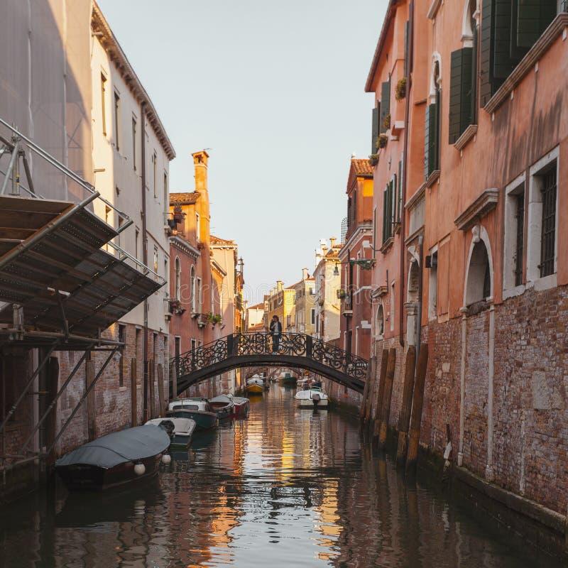 Vista do canal em Veneza, Itália Veneza é um destino popular do turista de Europa fotos de stock