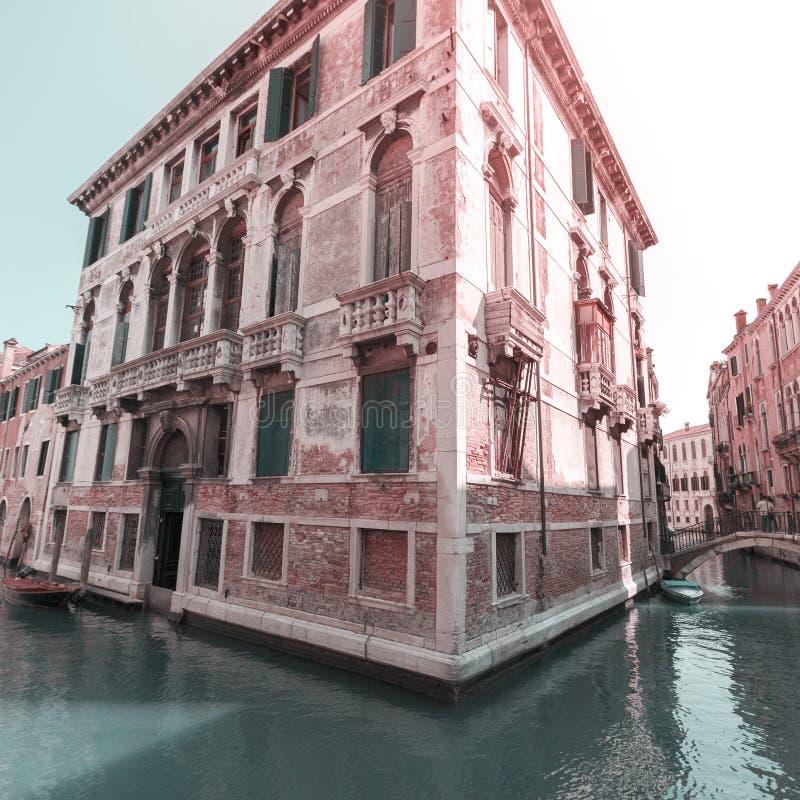Vista do canal em Veneza, Itália Veneza é um destino popular do turista de Europa imagens de stock royalty free