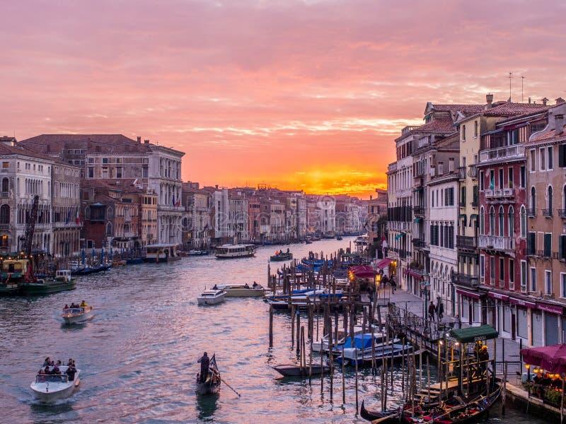 Vista do canal grandioso, Veneza no por do sol foto de stock
