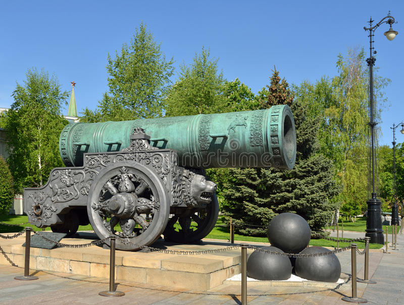 Vista do canhão do czar, mostrando sua cabeça maciça do furo e do ` s do leão moldada no transporte 1586, Kremlin, Moscou imagens de stock