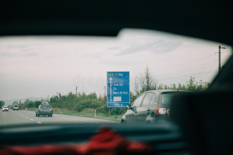 Vista do carro no sinal romeno de Jucu Nokia da estrada fotos de stock