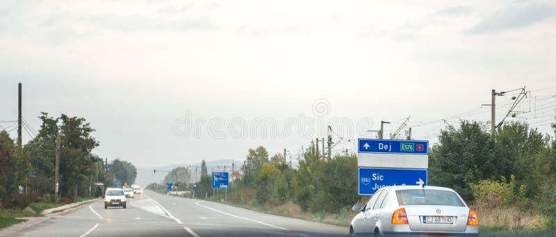 Vista do carro no sinal romeno de Jucu Nokia da estrada fotografia de stock royalty free