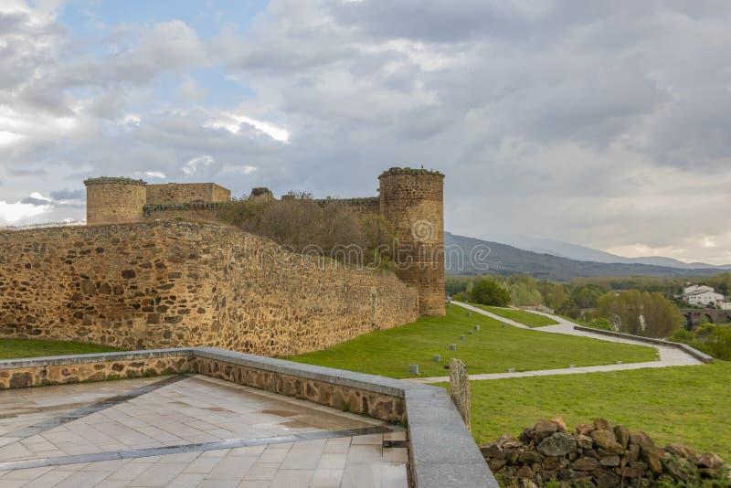 Vista do castelo da cidade do EL Barco La Mancha de Castilla spain foto de stock royalty free