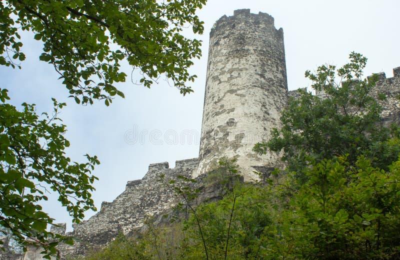 Vista do castelo de Bezdez com torres e árvores imagem de stock royalty free