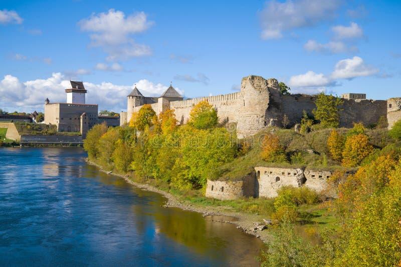 Vista do castelo de Herman e da fortaleza de Ivangorod, outono Beira de Rússia e de Estônia fotos de stock royalty free