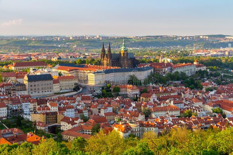 Vista do castelo de Praga com St Vitus Cathedral da torre de Petrin, República Checa fotografia de stock royalty free