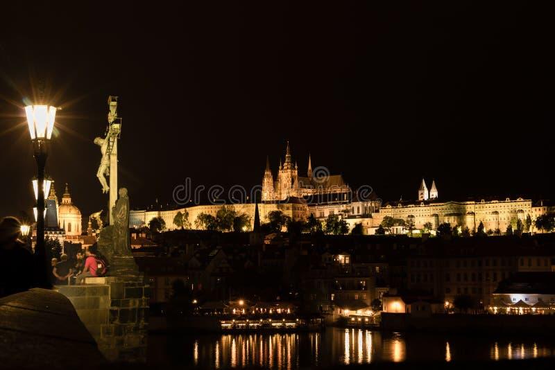 A vista do castelo gótico de Praga com Charles Bridge na noite, República Checa imagem de stock