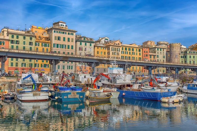 Vista do centro histórico e do porto de Genoa, Itália fotos de stock