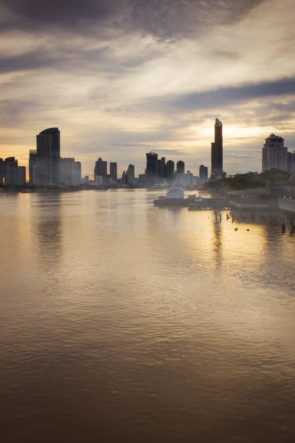 Vista do Chao-Phraya-rio no alvorecer com nebulosidade cinzenta imagens de stock