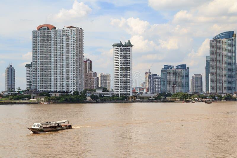 Vista do chao Phraya River com fundo da cidade da metrópole de Banguecoque imagem de stock royalty free