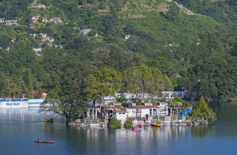 Vista do clube do barco do lago Bhimtal, Bhimtal, Nainital, Índia fotos de stock