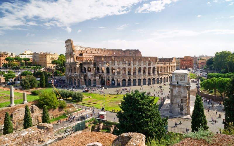 Vista do Colosseum do monte de Palatine, Roma imagem de stock