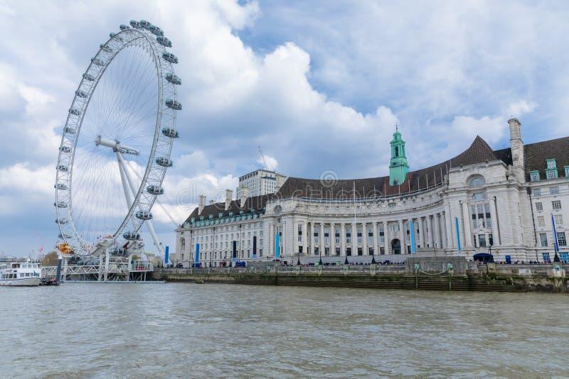Vista do condado salão de Londres e do aquário no banco sul do rio Tamisa imagens de stock royalty free