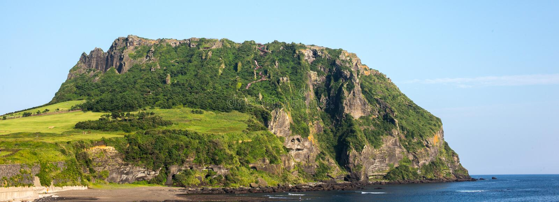 Vista do cone vulcânico de Seongsan Ilchulbong na ILHA de JEJU, COREIA: fotos de stock