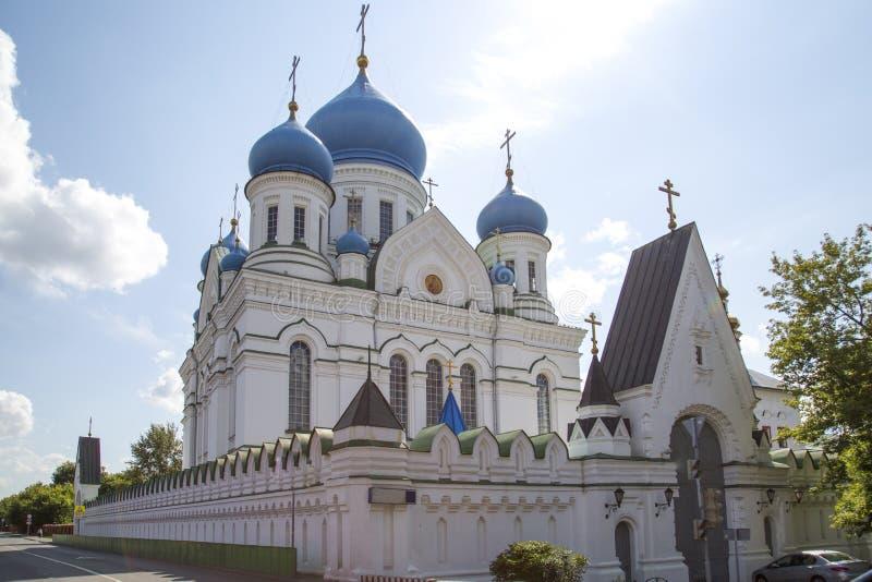 Vista do conjunto do monastério de Nikolo-Perervinsky em Moscou Vistas de R?ssia foto de stock