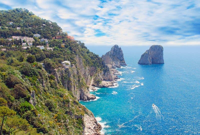 Vista do console de Capri e do céu nebuloso imagens de stock