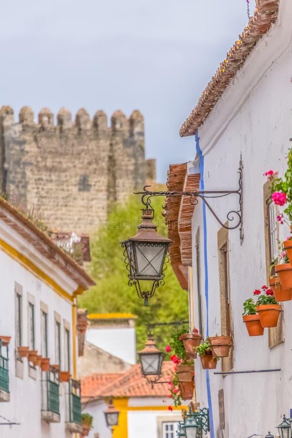 """Vista do construções vernáculos portuguesas na vila medieval dentro da fortaleza e do castelo romano de Luso bidos de à """", em Por fotos de stock"""
