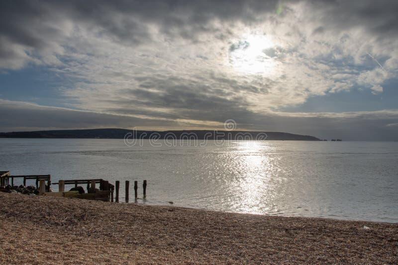 Vista do cuspe de Hurst, Hampshire que olha para as agulhas, ilha do Wight imagens de stock royalty free