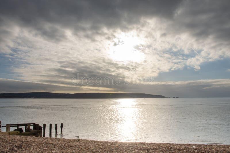 Vista do cuspe de Hurst, Hampshire que olha para as agulhas, ilha do Wight imagens de stock