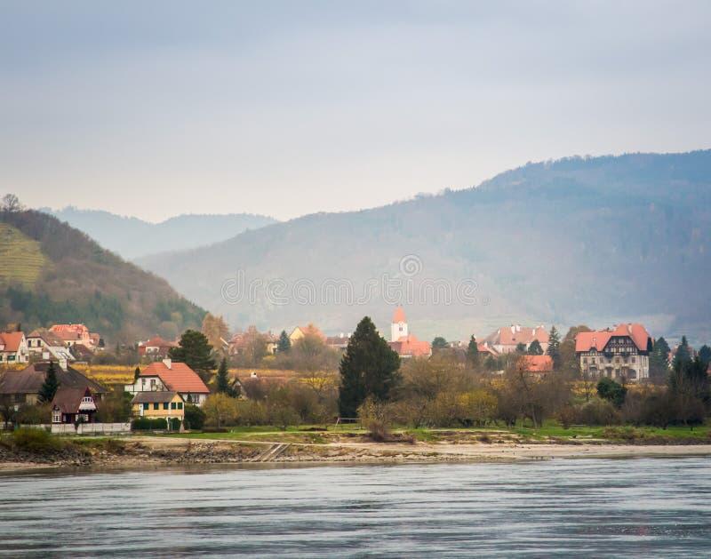 Vista do Danúbio no outono fotografia de stock