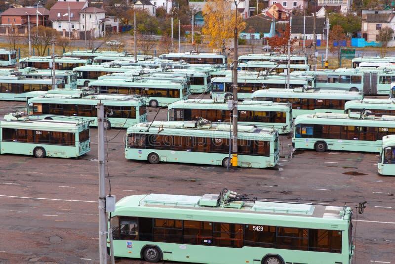 Vista do depósito com ônibus bondes fotografia de stock