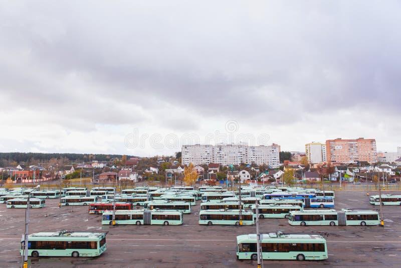 Vista do depósito com ônibus bondes imagem de stock royalty free