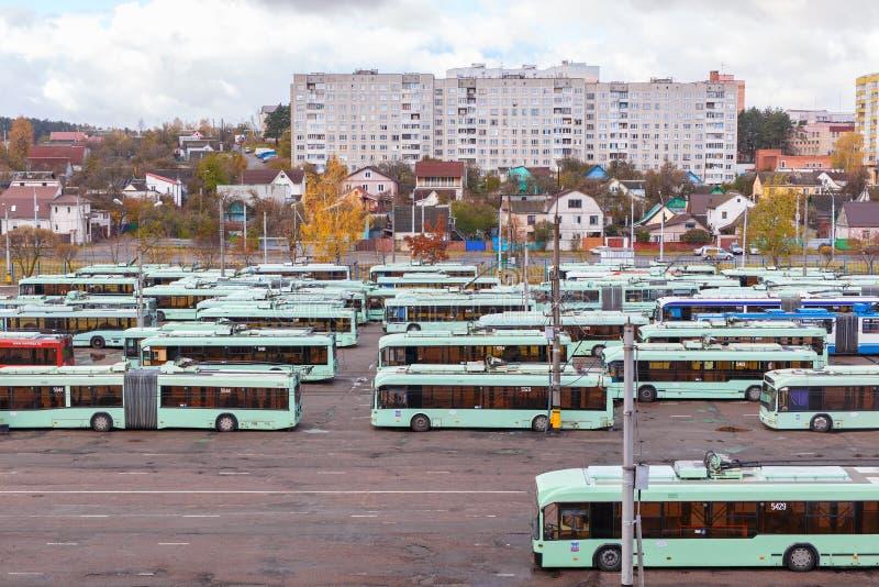 Vista do depósito com ônibus bondes imagens de stock royalty free