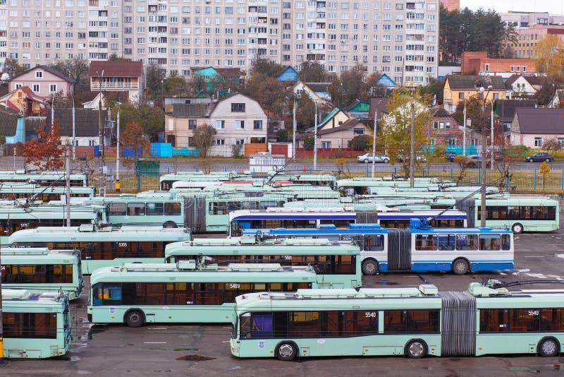 Vista do depósito com ônibus bondes imagens de stock
