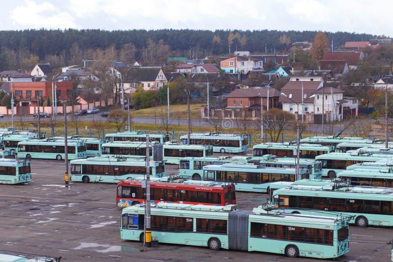 Vista do depósito com ônibus bondes foto de stock royalty free