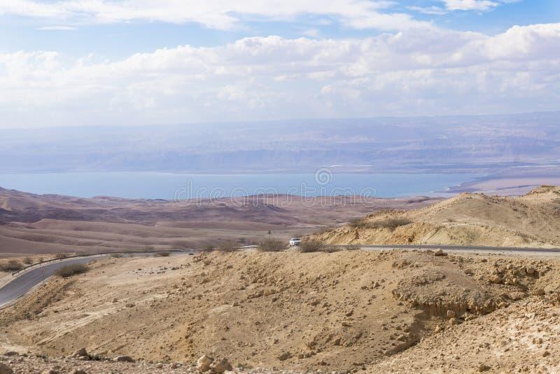 Vista do deserto ao Mar Morto e da costa de Israel perto da capital de Jordânia - Amman imagens de stock royalty free