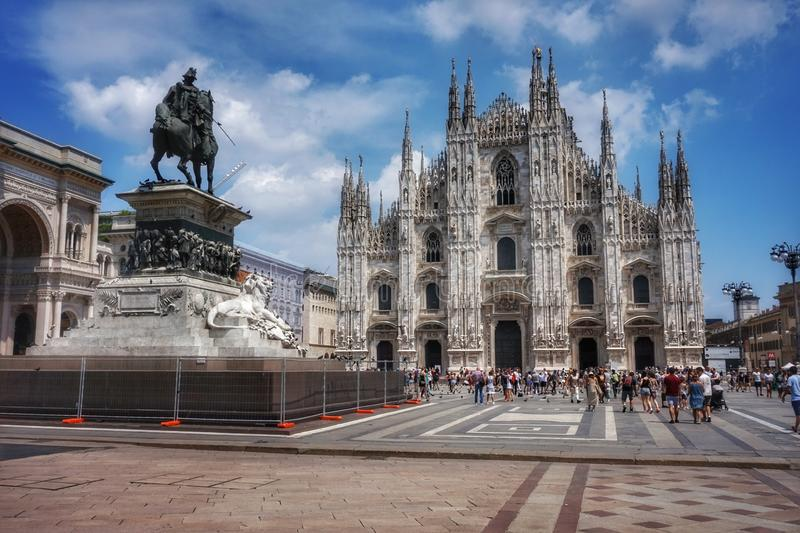 Vista do domo e da estátua de Victor Emmanuel em Piazza Duomo em Milão fotos de stock