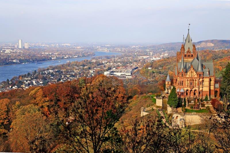 Vista do Drachenfels sobre o Drachenburg e o rhine ao norte imagem de stock royalty free