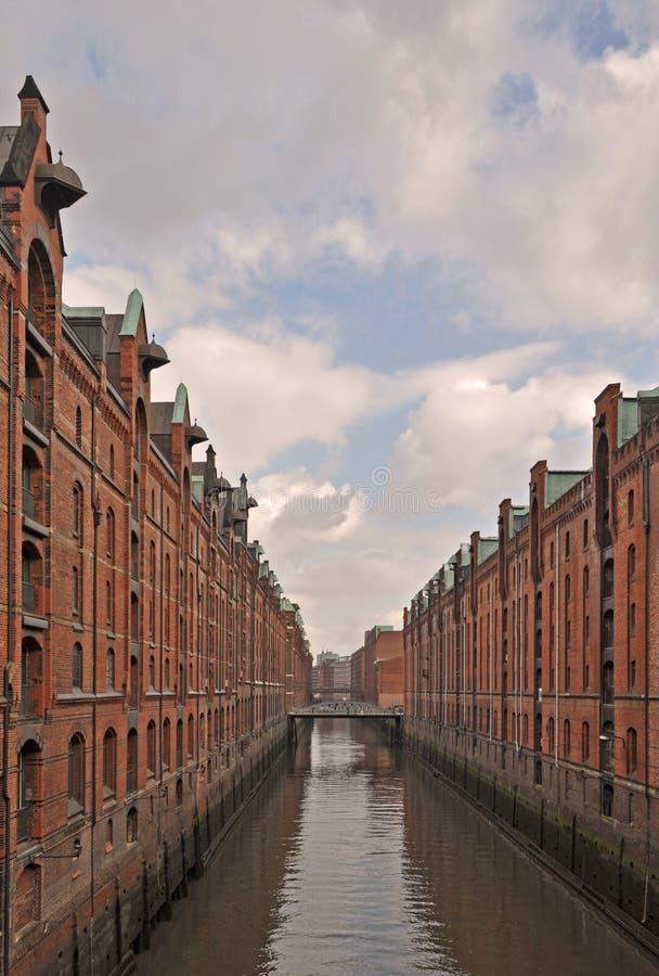 Vista do Elbe River, atravessando o Speicherstadt icônico ou o distrito velho da fábrica e do armazém na cidade de Hamburgo, Germ fotos de stock