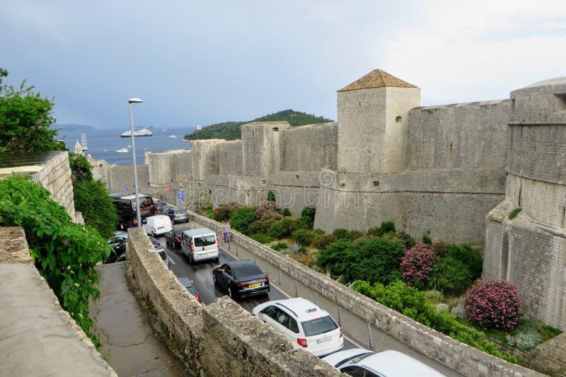 Vista do engarrafamento que atravessa a antiga cidade e Muros de Dubrovnik em Dubrovnik, Croácia imagem de stock royalty free