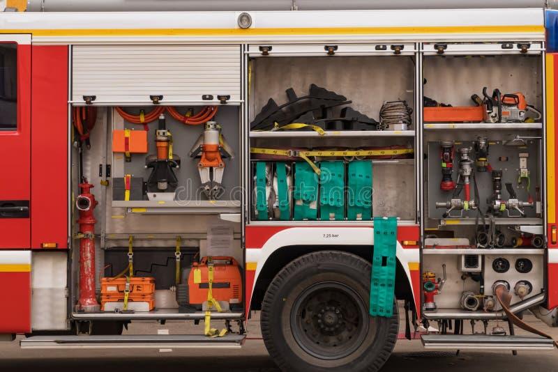 Vista do equipamento ordenadamente fixado para a luta contra o incêndio imagens de stock royalty free