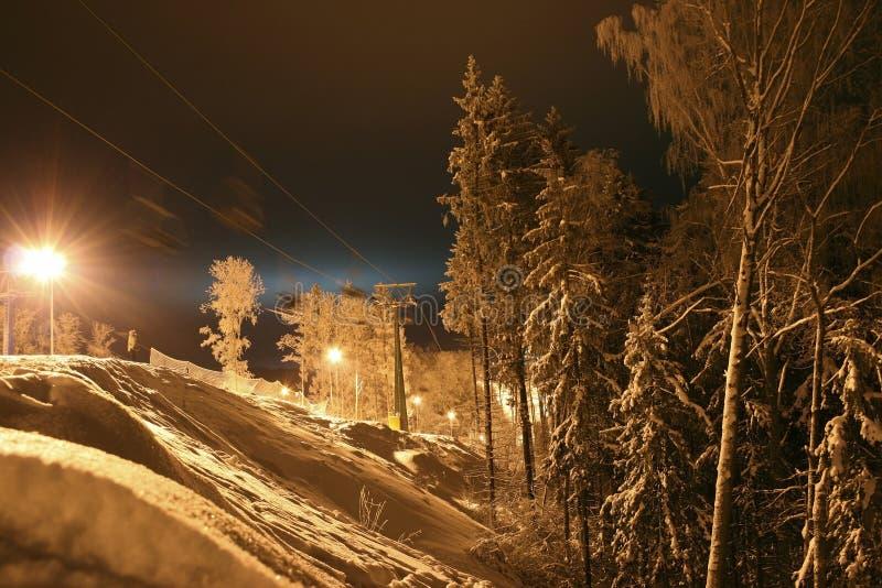 A vista do esqui inclina-se na noite imagem de stock royalty free