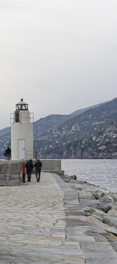 Vista do farol da cidade de Camogli, Genoa Province, Ligur imagem de stock