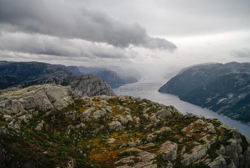 Vista do fiorde de Lysefjord do penhasco Preikestolen ou Prekestolen, fotos de stock royalty free