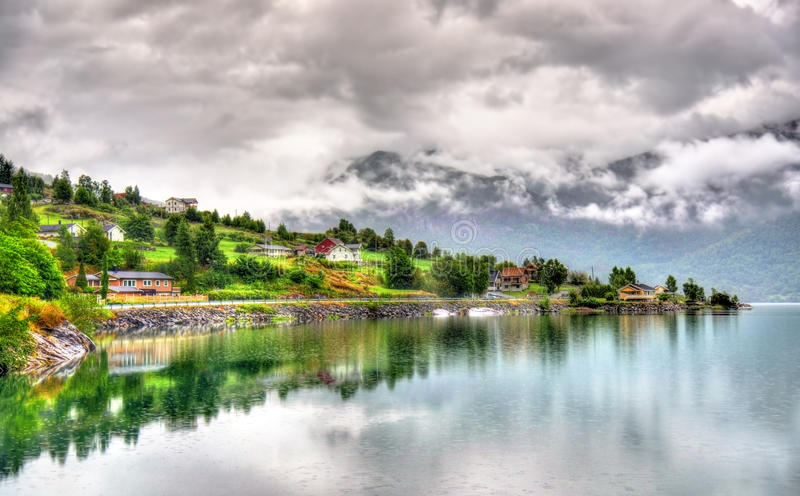 Vista do fiorde de Sognefjorden na vila de Sogndal - Noruega imagens de stock