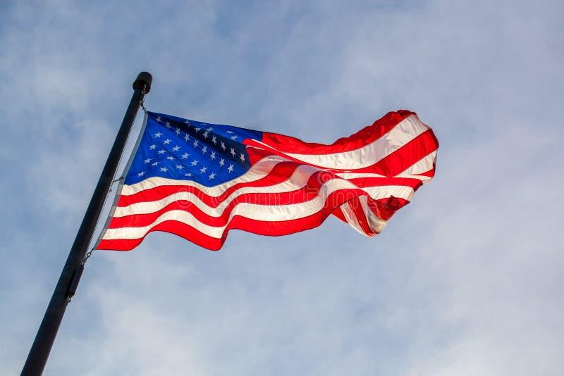 Vista do fole da bandeira de ondulação do Estados Unidos com s azul imagem de stock royalty free