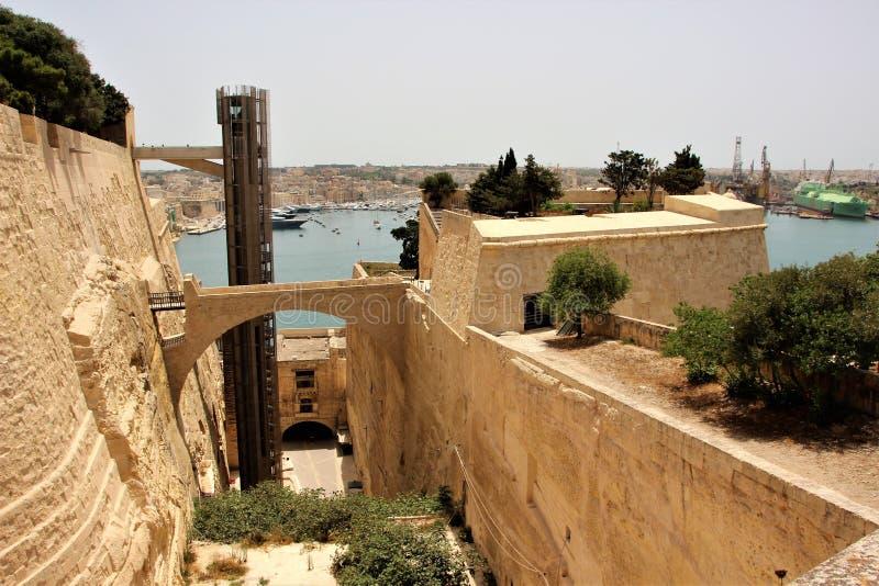 Vista do fosso e das paredes anteriores em Valletta, Malta fotografia de stock royalty free