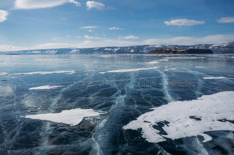 a vista do gelo cobriu a água e os montes do lago no fundo, Rússia, imagens de stock royalty free