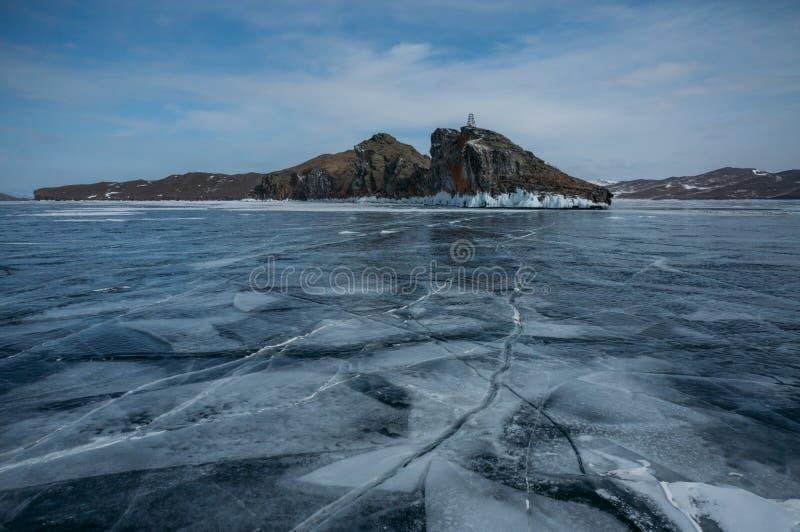 a vista do gelo cobriu a superfície da água de formações do lago e de rocha no fundo, Rússia, imagem de stock royalty free