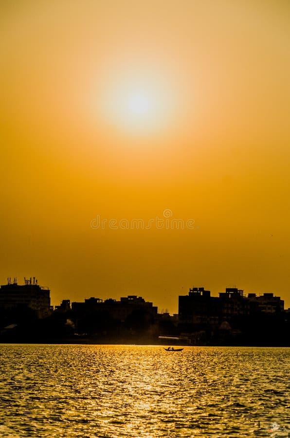 Vista do ghat de Babu, kolkata na altura do por do sol fotografia de stock royalty free