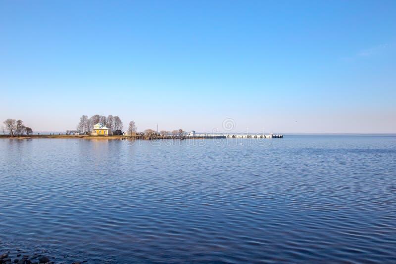 Vista do Golfo da Finlândia e da cerca barroco branca no museu de Peterhof St Petersburg, R?ssia foto de stock royalty free